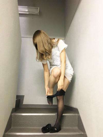 非常階段で服を脱ぐ美女の写真