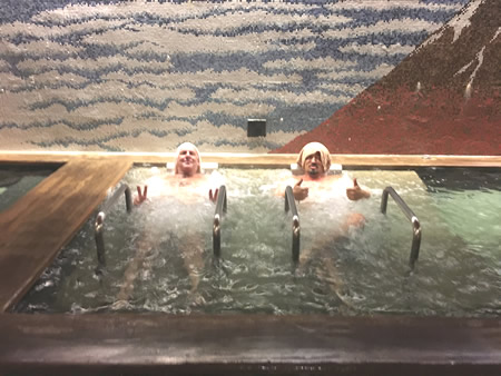 日本人と外人をお風呂で撮った写真