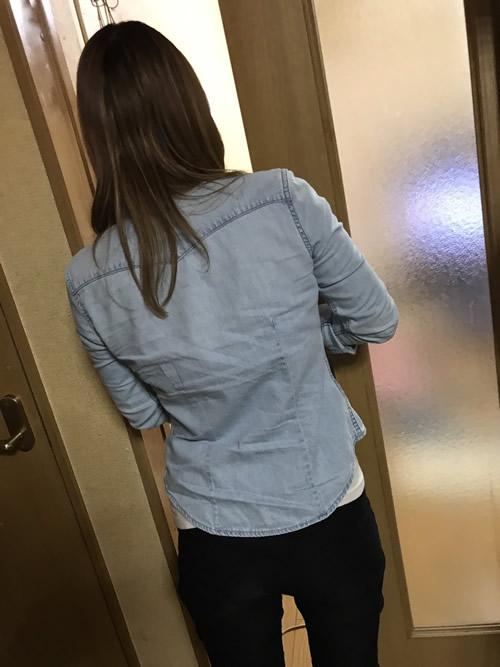 お部屋で美女の後ろ姿を隠し撮りした写真